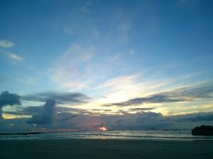 雲の隙間から見たえた日の入り@ベンガル湾。雨季開けまでもう一息です