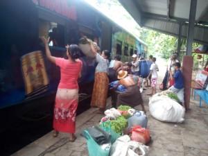 ミャンマーの列車(荷物)
